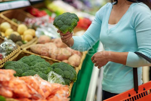 Donna basket acquisto broccoli vendita Foto d'archivio © dolgachov