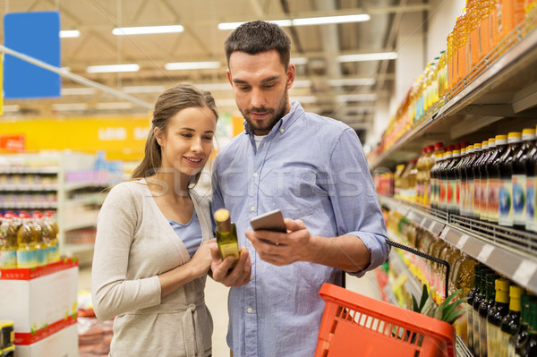 Photo stock: Couple · smartphone · achat · huile · d'olive · épicerie · Shopping