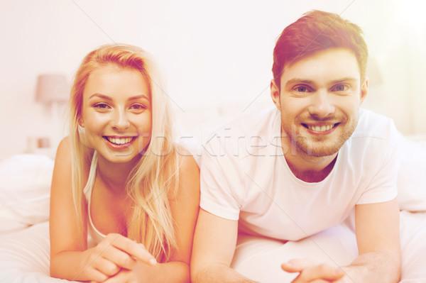 Szczęśliwy para bed domu ludzi miłości Zdjęcia stock © dolgachov