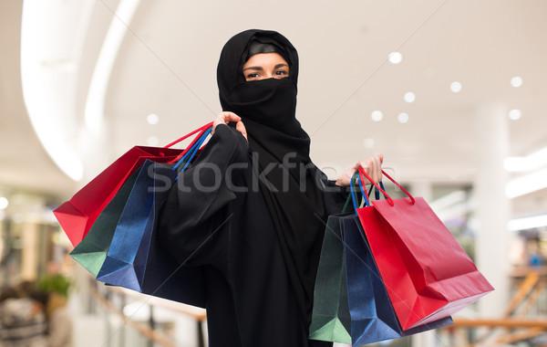 Muszlim nő hidzsáb bevásárlótáskák vásár fogyasztói társadalom Stock fotó © dolgachov
