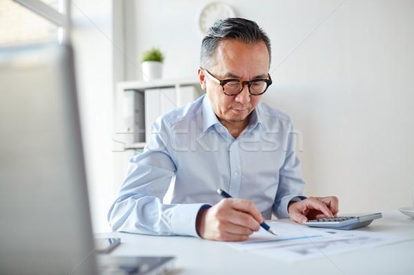 Empresário calculadora documentos escritório pessoas de negócios papelada Foto stock © dolgachov
