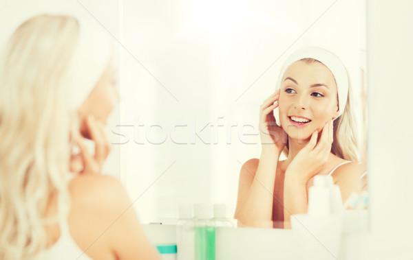 Vrouw aanraken gezicht badkamer schoonheid Stockfoto © dolgachov