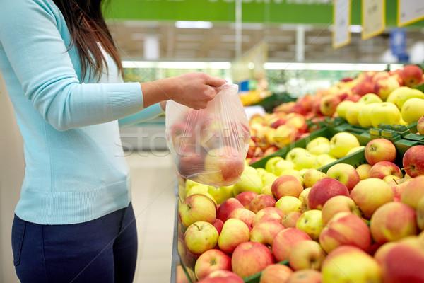 Kadın çanta satın alma elma bakkal satış Stok fotoğraf © dolgachov