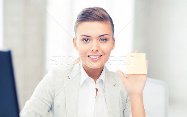Mosolyog üzletasszony mutat öntapadó jegyzet kép üzlet Stock fotó © dolgachov