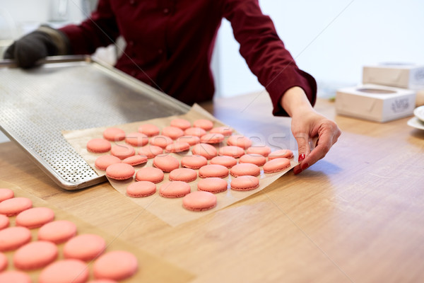 Chef macarons oven dienblad banketbakkerij koken Stockfoto © dolgachov