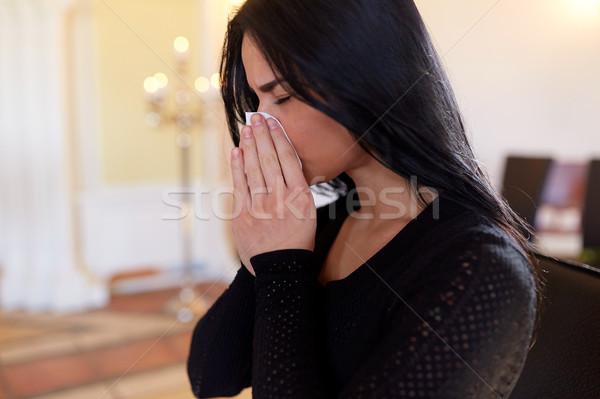 Pleurer femme funérailles église personnes Photo stock © dolgachov