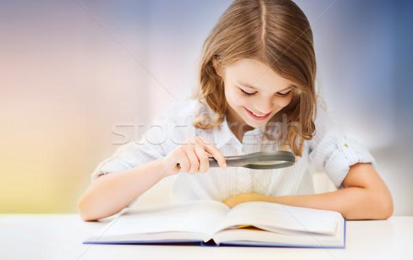Feliz sorridente estudante menina leitura livro Foto stock © dolgachov