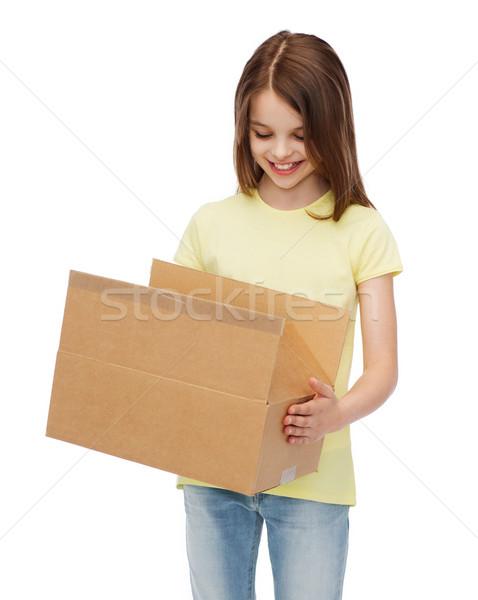 Souriant petite fille beaucoup carton cases bureau de poste Photo stock © dolgachov