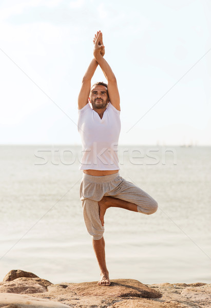 ストックフォト: 笑みを浮かべて · 男 · ヨガ · 屋外 · フィットネス
