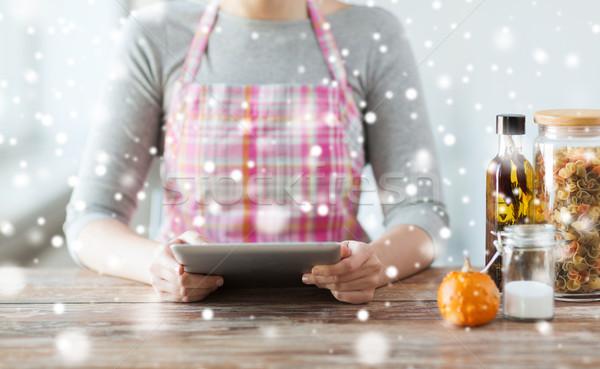 Donna lettura ricetta cottura Foto d'archivio © dolgachov