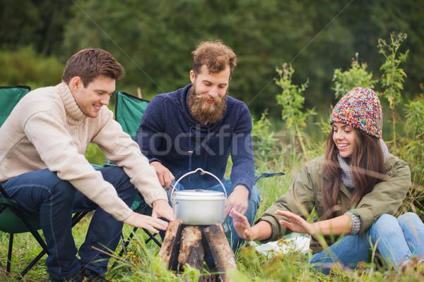 Stockfoto: Groep · glimlachend · vrienden · koken · voedsel · buitenshuis