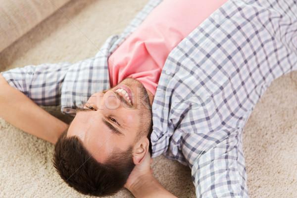 Feliz homem tapete tapete casa pessoas Foto stock © dolgachov
