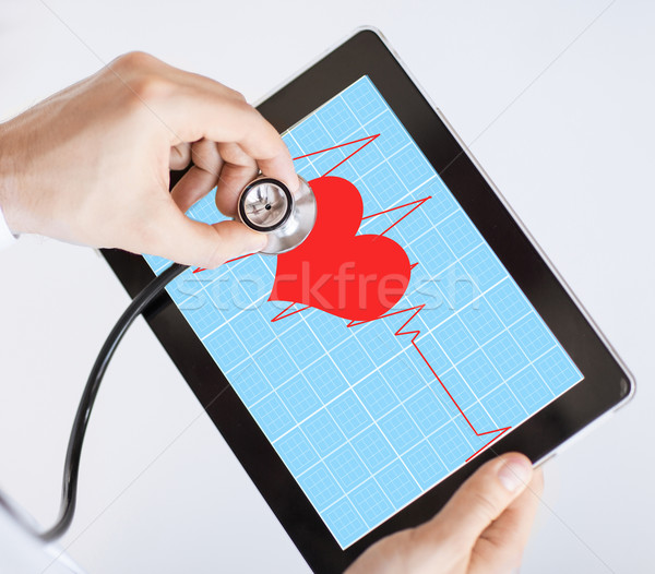 Médico escuta batimento cardíaco estetoscópio homem Foto stock © dolgachov