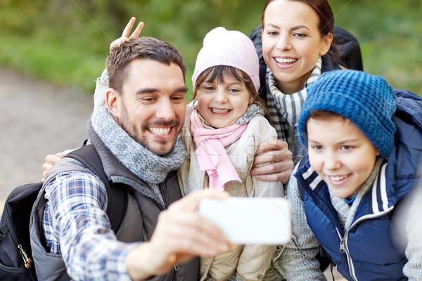 家庭 智能手機 樹林 旅行 旅遊 商業照片 © dolgachov