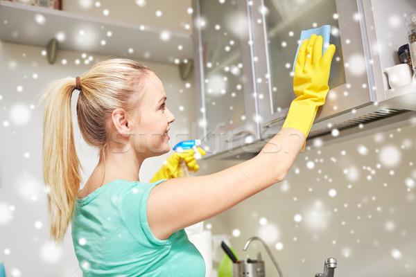 Gelukkig vrouw schoonmaken kabinet home keuken Stockfoto © dolgachov