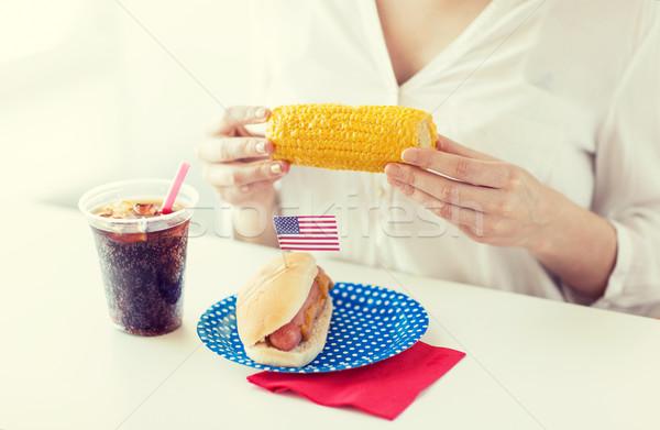 Vrouw handen mais hot dog cola Stockfoto © dolgachov