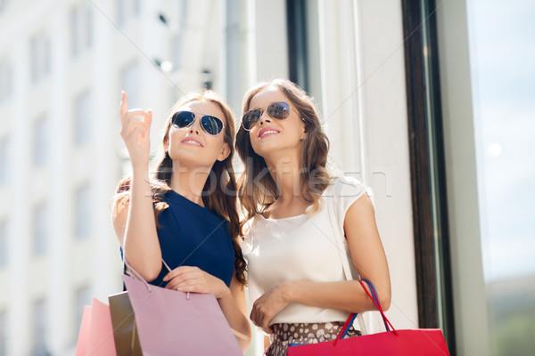 Boldog nők bevásárlótáskák kint vásár fogyasztói társadalom Stock fotó © dolgachov