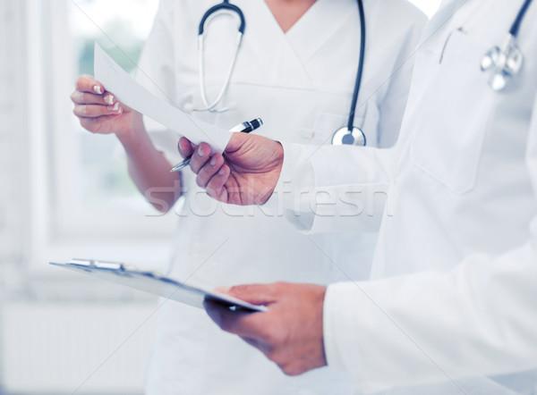 Foto stock: Dois · médicos · escrita · prescrição · saúde · médico