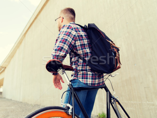 Homem fixo engrenagem bicicleta mochila Foto stock © dolgachov