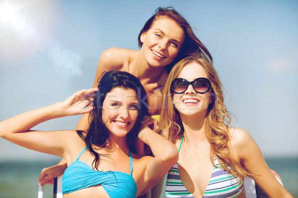 Ninas tomar el sol sillas de playa verano vacaciones vacaciones Foto stock © dolgachov