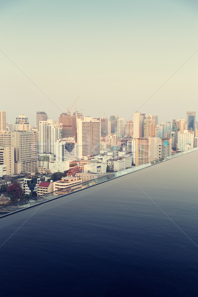 Ver infinito borda piscina Bangkok cidade Foto stock © dolgachov