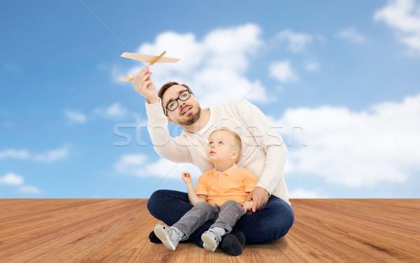 Ojciec mały syn gry zabawki samolot Zdjęcia stock © dolgachov