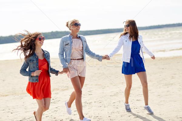 Stok fotoğraf: Grup · gülen · kadın · güneş · gözlüğü · plaj · yaz · tatili