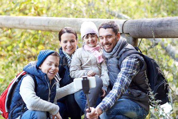 Szczęśliwą rodzinę smartphone Stick lesie podróży turystyki Zdjęcia stock © dolgachov