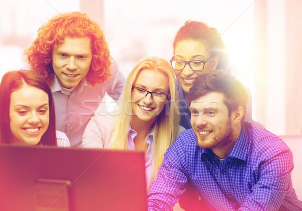 笑みを浮かべて ビジネスチーム 見える コンピュータモニター ビジネス オフィス ストックフォト © dolgachov