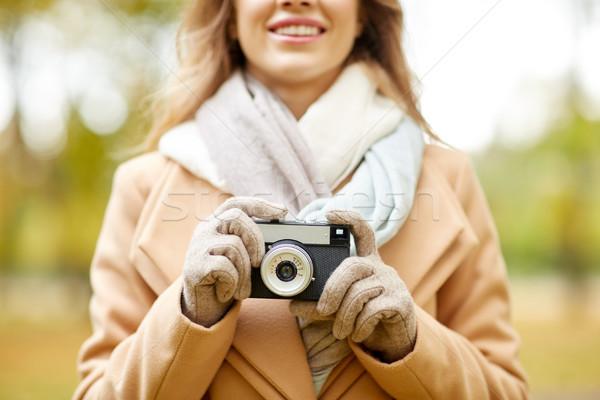 Mulher câmera outono parque temporada Foto stock © dolgachov