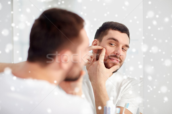 Man puistje badkamer spiegel schoonheid hygiëne Stockfoto © dolgachov