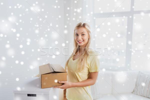 Uśmiechnięty młoda kobieta karton domu ruchu stanie Zdjęcia stock © dolgachov