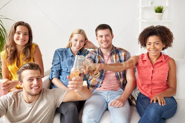 Feliz amigos pipoca cerveja casa amizade Foto stock © dolgachov