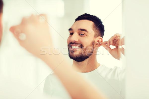 Uomo pulizia orecchio cotone bagno bellezza Foto d'archivio © dolgachov
