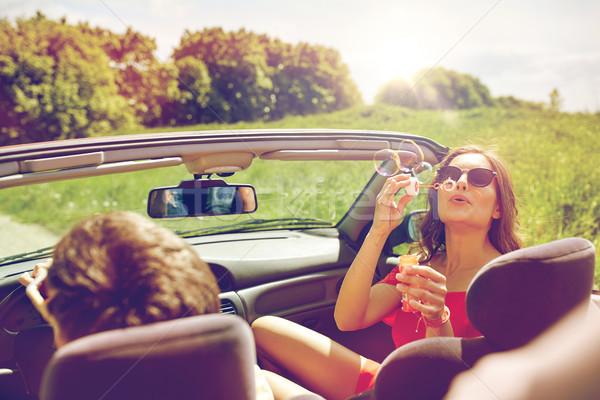 Barátok vezetés autó buborékfújás szabadidő út Stock fotó © dolgachov