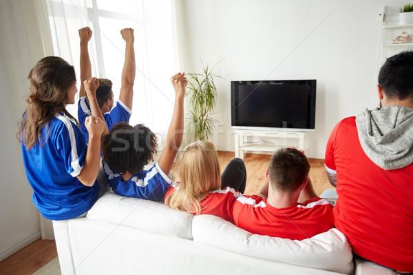 Amigos fútbol aficionados viendo tv casa Foto stock © dolgachov