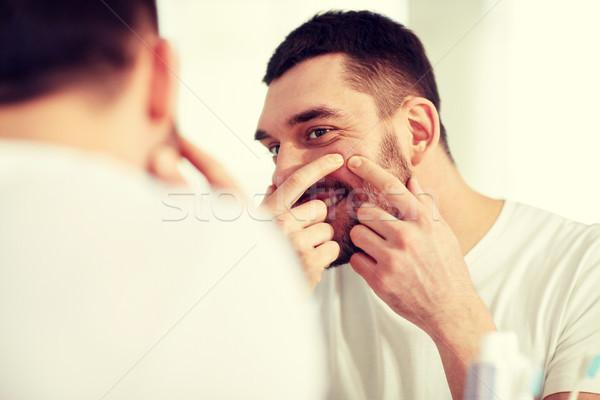 Sorridere uomo brufolo bagno specchio bellezza Foto d'archivio © dolgachov