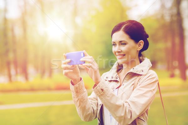 ストックフォト: 笑顔の女性 · 画像 · スマートフォン · ドリンク · レジャー