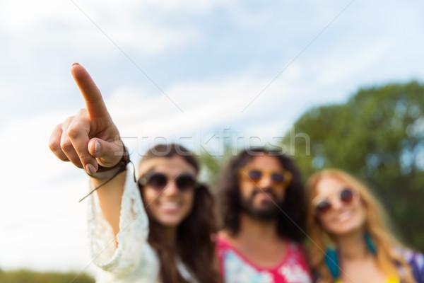 счастливым хиппи женщину указывая пальца улице Сток-фото © dolgachov