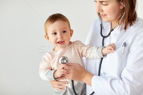 Médico estetoscópio escuta bebê clínica medicina Foto stock © dolgachov