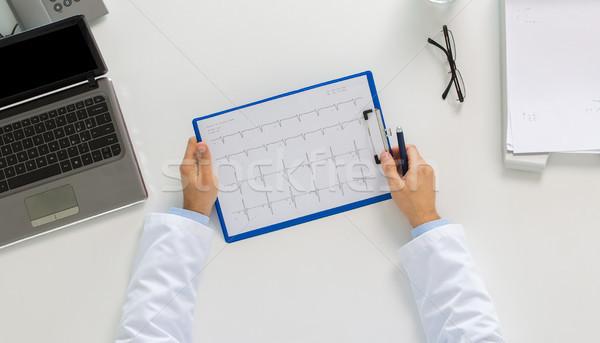 Orvos kezek kardiogram laptop klinika gyógyszer Stock fotó © dolgachov