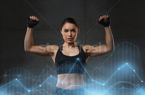 Jeune femme muscles gymnase sport fitness bodybuilding Photo stock © dolgachov
