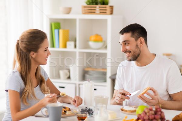 Szczęśliwy para śniadanie domu jedzenie ludzi Zdjęcia stock © dolgachov