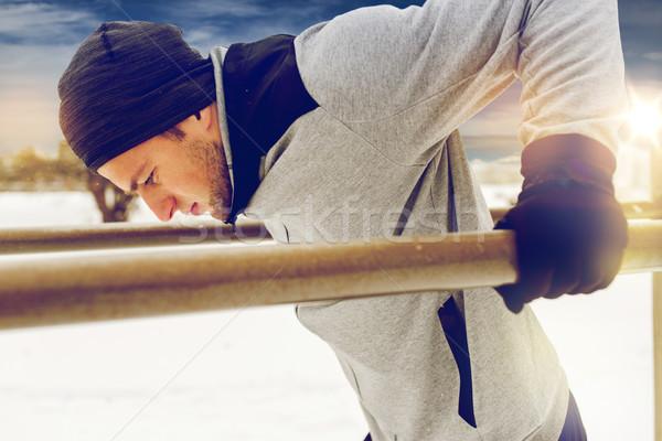若い男 行使 パラレル バー 冬 フィットネス ストックフォト © dolgachov