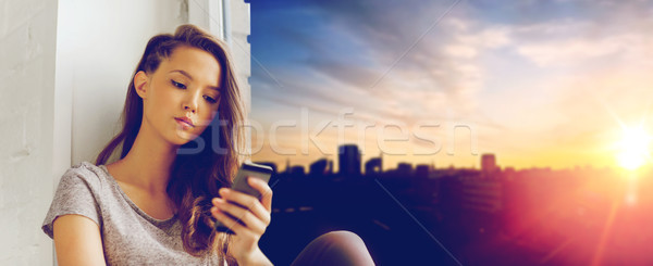 Szomorú csinos tinilány okostelefon sms chat emberek Stock fotó © dolgachov