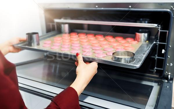 Szakács macaronok sütő tálca cukrászda főzés Stock fotó © dolgachov