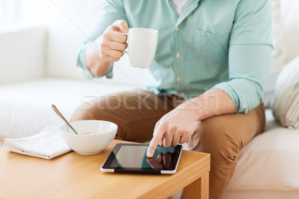 Homem café da manhã tecnologia casa Foto stock © dolgachov