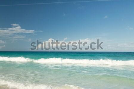 Kék tenger óceán fehér homok égbolt felhők Stock fotó © dolgachov