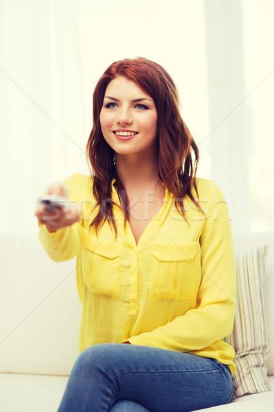Sorridere giovane ragazza controllo home televisione Foto d'archivio © dolgachov