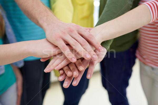 Közelkép diákok barátok kezek felső oktatás Stock fotó © dolgachov